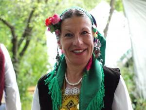 54-годишната англичанка Сандра живее в Радовец и също се включи в автентичния ритуал