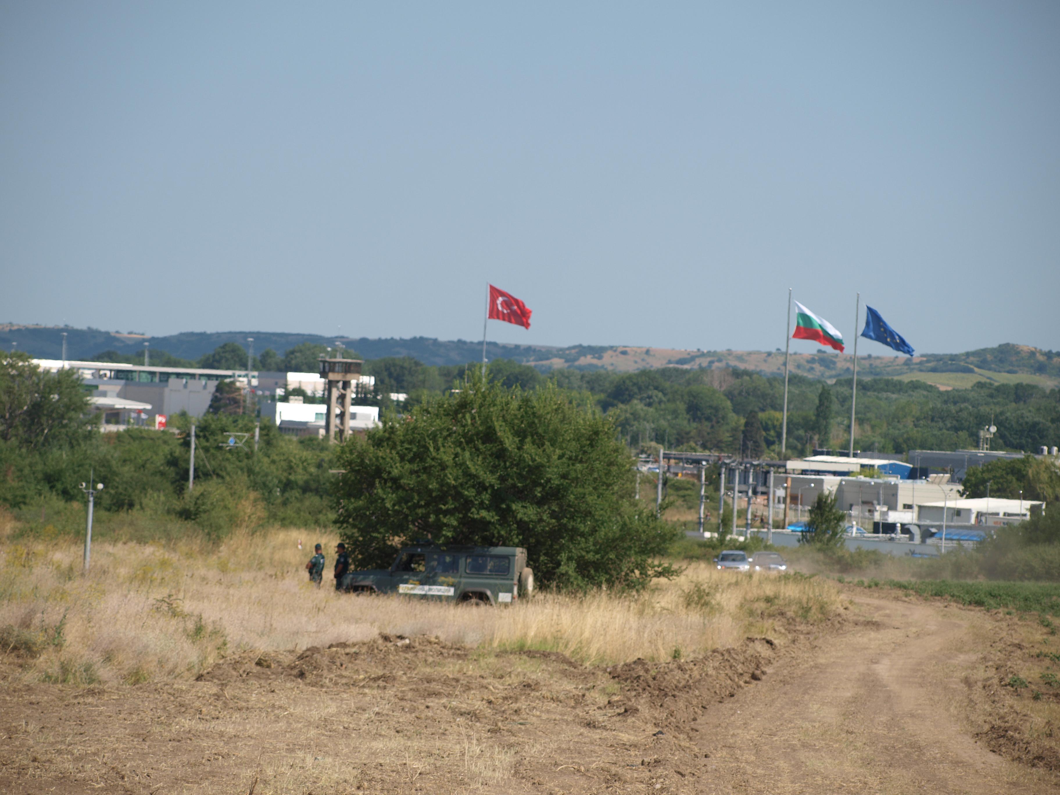 Малки групи мигранти забелязани край границата ни