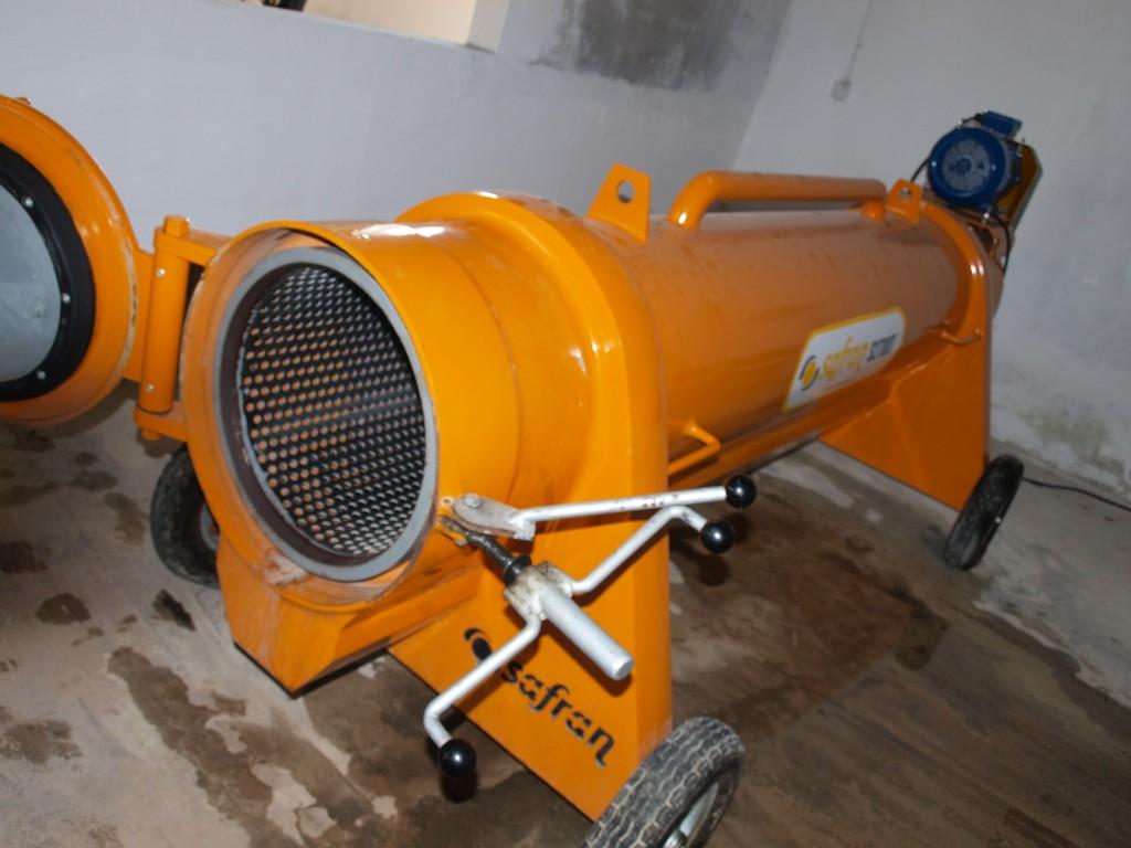 Специалната машина изхвърля водата и пяната от килими