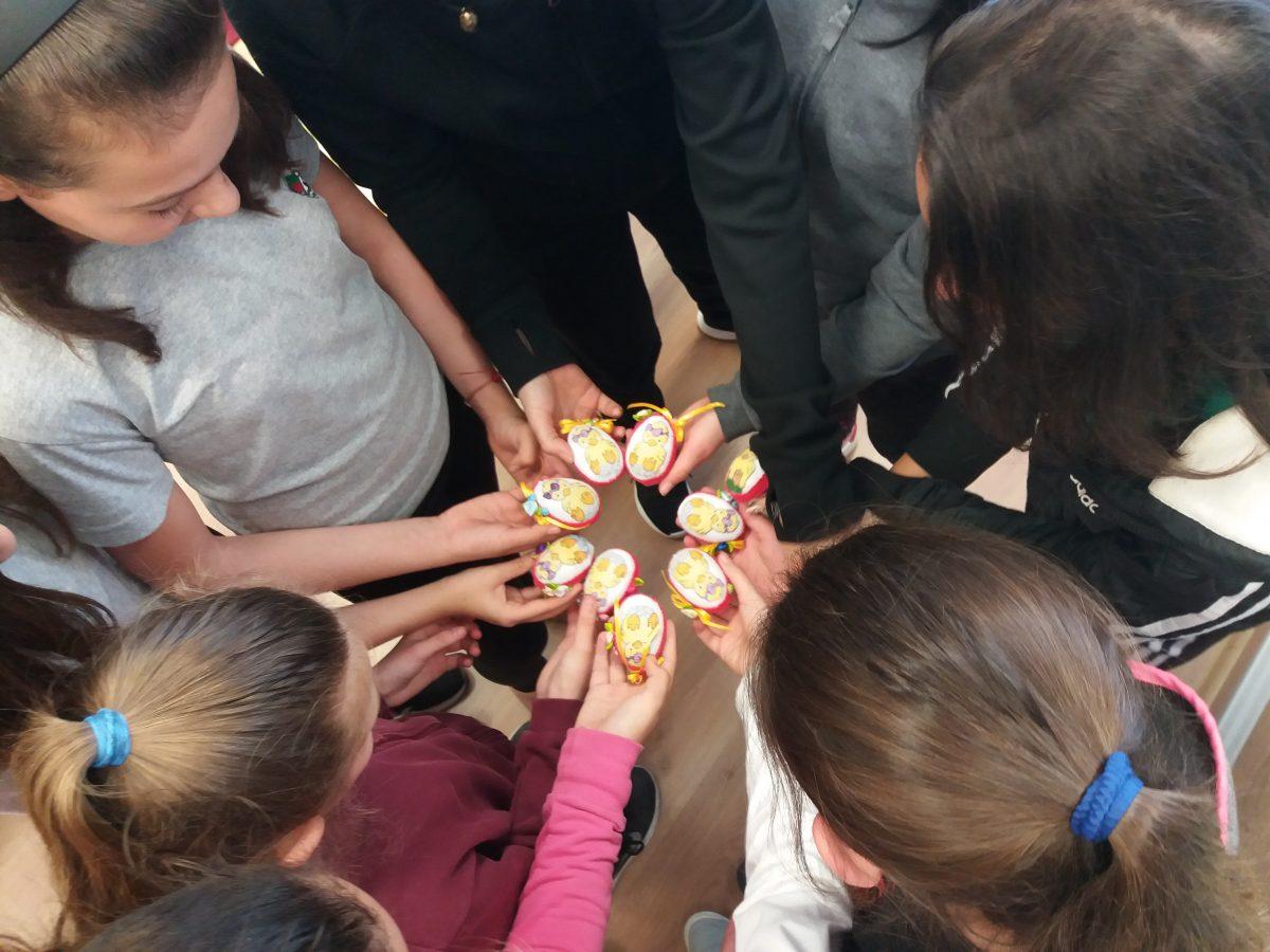 Бродирани яйца изработиха ученици от СУ