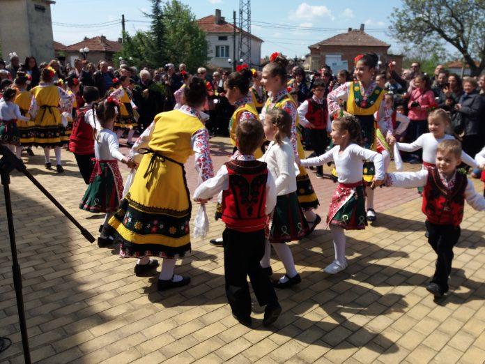 Фолклорен концерт за Цветница в двора на църквата