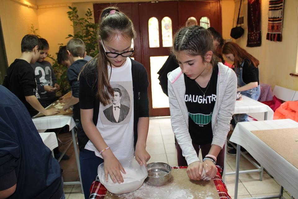 Деца месиха празнични хлябове в музея