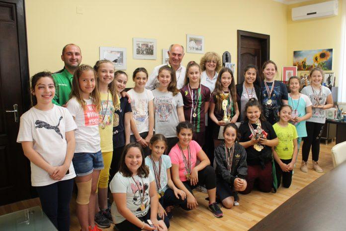 Хандбалистките подариха златния си медал на градоначалника