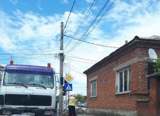 Пътен знак пречи на шофьори да видят сигнализацията на светофар