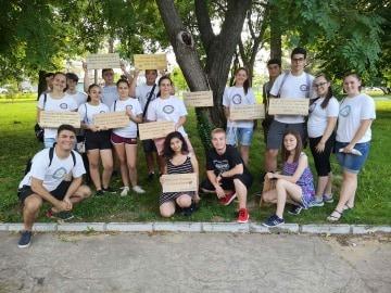 Младежи поставиха любими цитати в градския парк