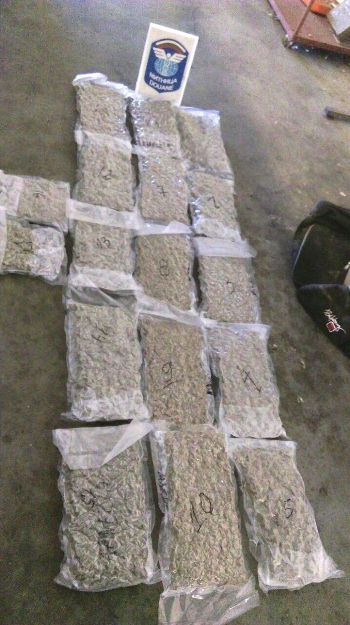 Близо 9 кг марихуана откриха митничари в сак