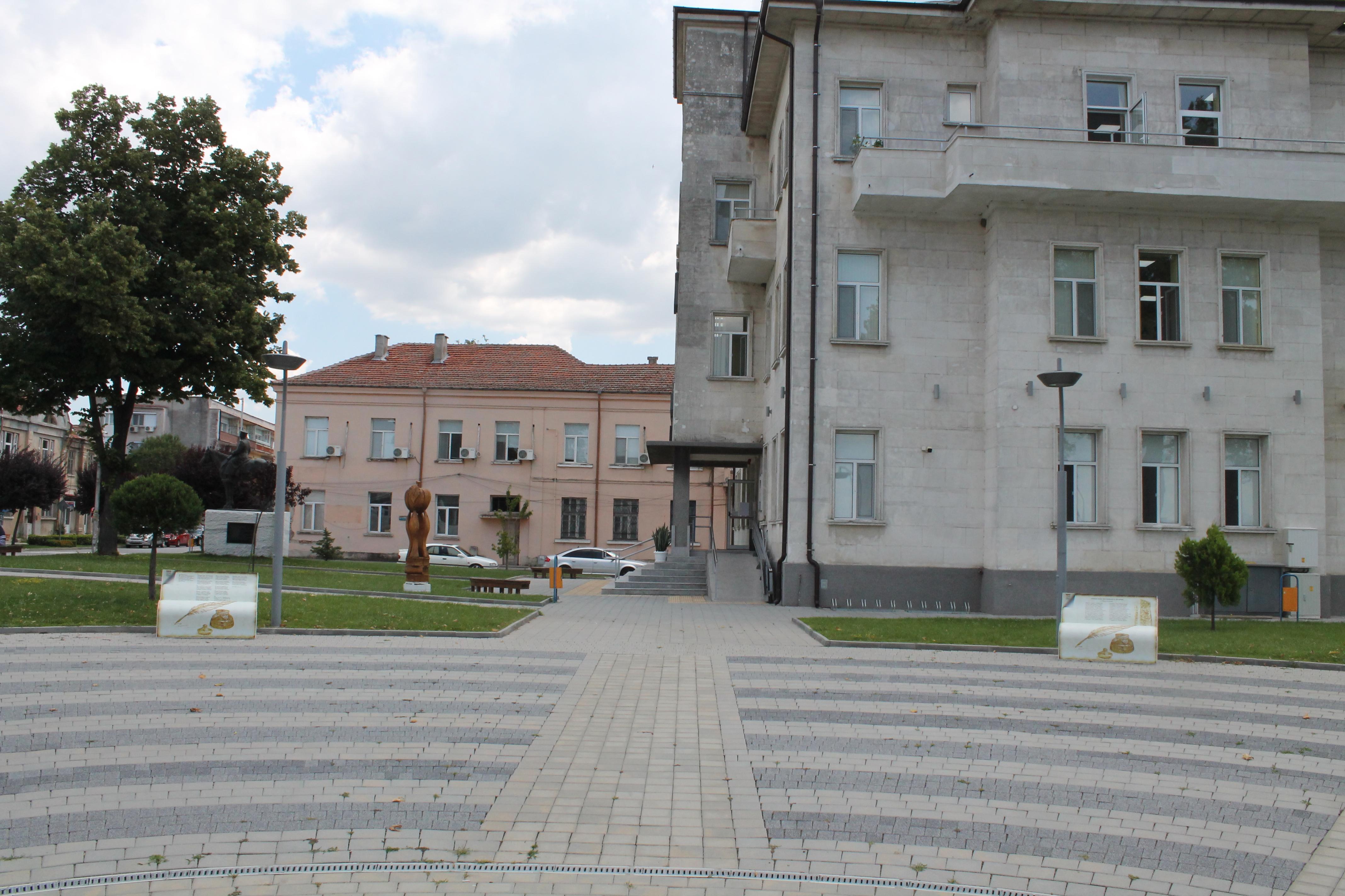 Пейки-книги поставиха пред библиотеката в Свиленград
