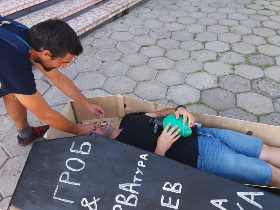 В Свиленград протестираха в ковчег срещу номинацията на Гешев