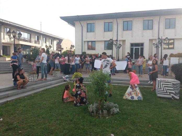 Над 100 души се събраха в Свиленград на най-големия до момента протест против промените в Закона за социалните услуги и Закона за детето.