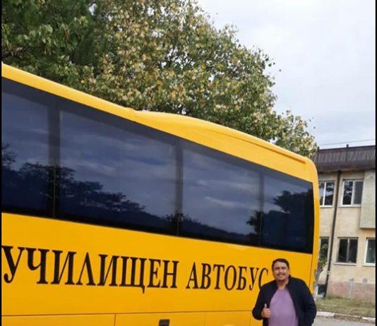 """След много мои усилия и подкрепата на заместник-областния управител на Хасково – Ангел Божинов, както и със съдействието на министъра на образованието Красимир Вълчев успяхме да издействаме безплатно чисто нов 35-местен училищен автобус за учениците от училище """"Христо Ботев"""" с. Левка. Това съобщи водачът на листата за общински съветници на Атака – Панайот Панайотов. Той пожела на учениците и училището да го ползват със здраве и много дълго време."""