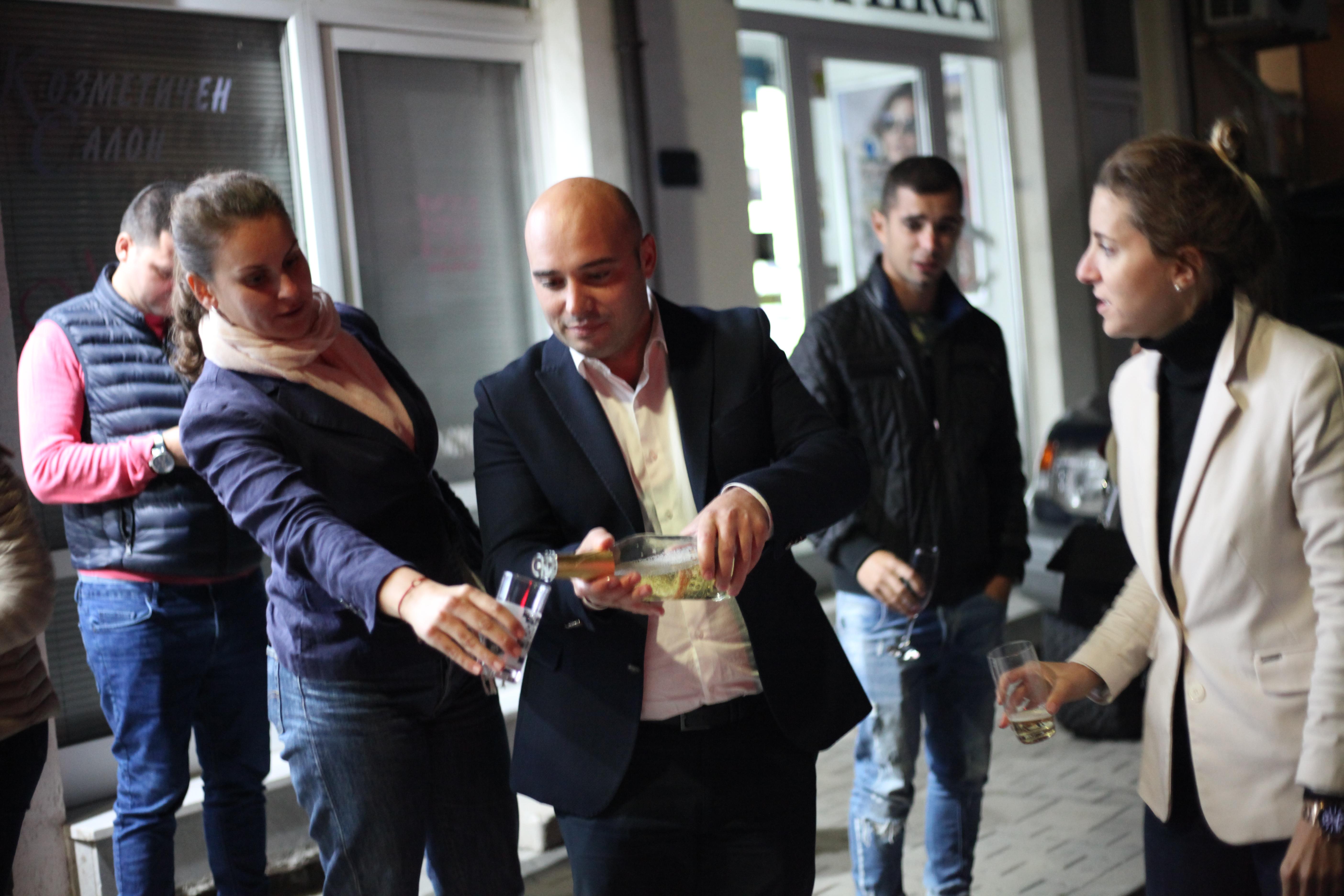 Свиленград вече има избран кмет на първи тур и това е архитект Анастас Карчев. Това сочат данните, с които разполагат партийните щабове. Арх. Карчев е избран с 62% от гласоподавателите, а от щаба му гръмнаха бутилка с шампанското.
