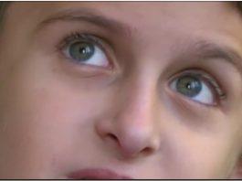 Дете с аутизъм се нуждае от помощ