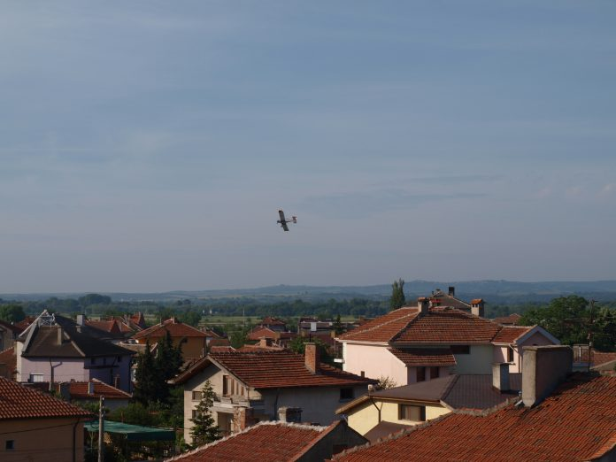 Започва третиране с препарат против комари, съобщават от общината в Свиленград. Пръскането е със самолет, на терени при река Марица.