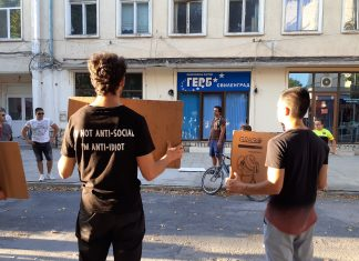 """С минута мълчание протестиращите в Свиленград почетоха паметта на """"живите мъртви от ГЕРБ"""" пред офиса на политическата партия в града."""