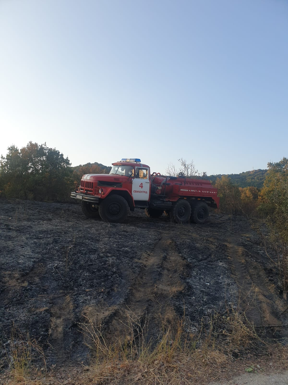 Продължава потушаването на пожара в Сакар. Огънят по периметъра, между селата Студена и Дервишка могила, община Свиленград, беше овладян още вчера, но през нощта той се е разпалвал няколко пъти и дежурните екипи са работили по потушаването на пламъците.